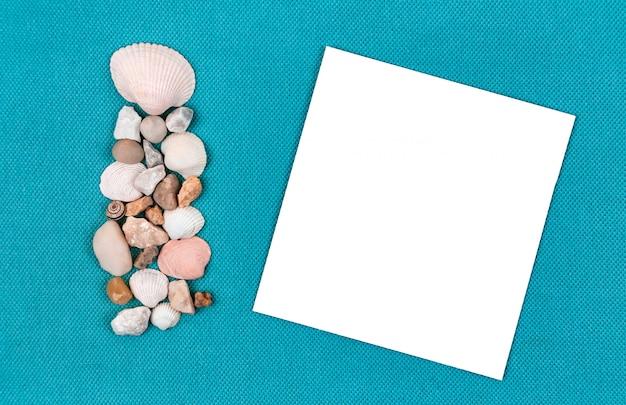 Papel em branco com conchas do mar