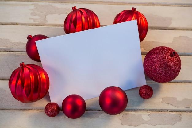 Papel em branco com esferas do natal