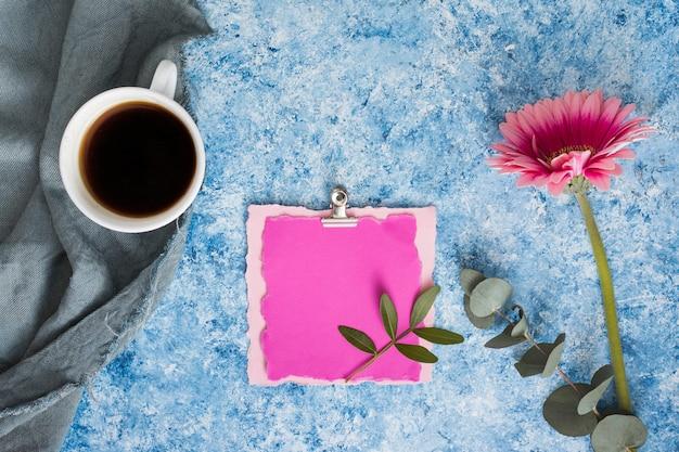 Papel em branco com flor gerbera e café