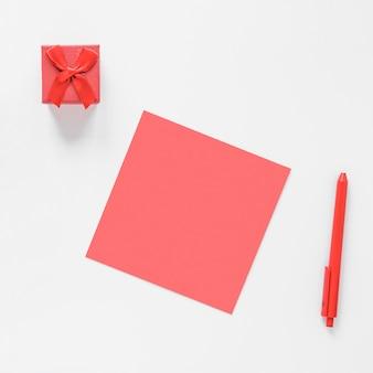 Papel em branco com pequena caixa de presente
