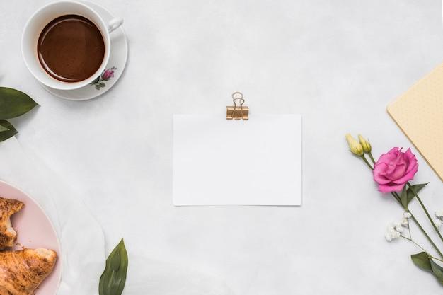 Papel em branco com rosa e copo de café