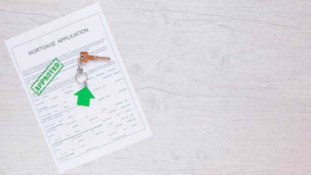 Papel em branco com selo aprovado e chave