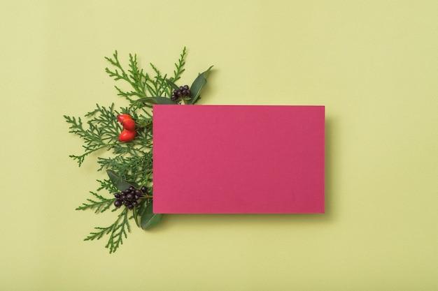 Papel em branco da borgonha. saudação de feriado. decoração festiva de zimbro.