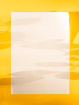 Papel em branco de close-up com sombras