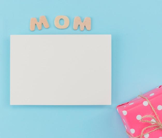 Papel em branco do dia da mãe com caixa de presente