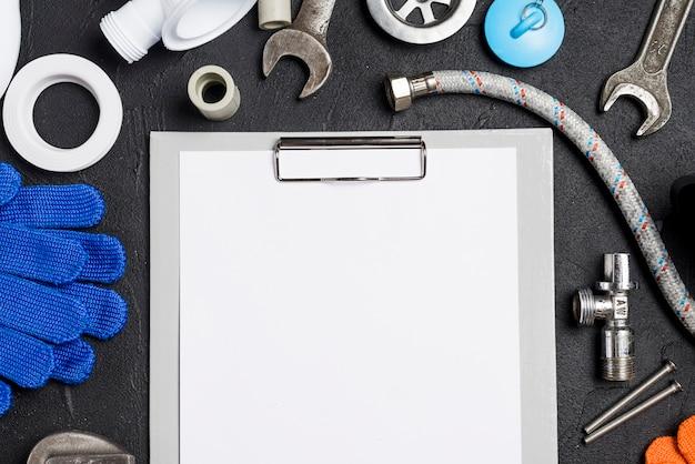 Papel em branco e instrumentos de encanamento