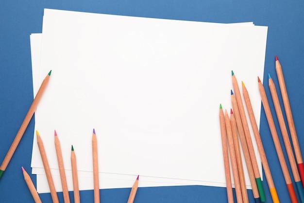 Papel em branco e lápis coloridos