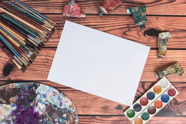 Papel em branco e materiais de pintura