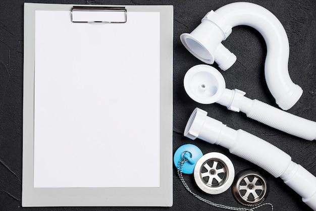 Papel em branco e tubos de plástico
