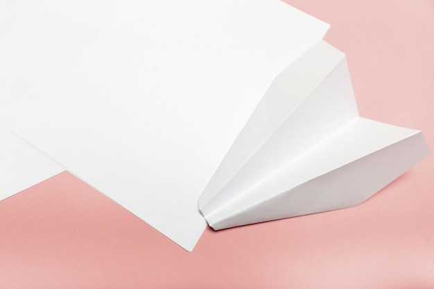 Papel em branco em cima da mesa de pastel rosa