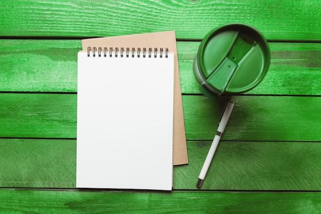 Papel em branco, envelope e caneta