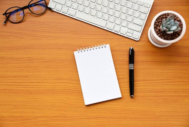 Papel em branco na mesa de negócios