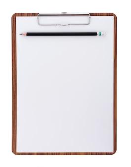 Papel em branco na prancheta de madeira com espaço na superfície branca