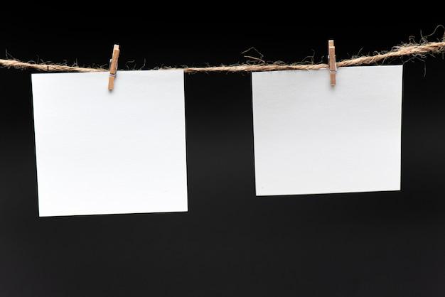 Papel em branco, pendurado na corda por pino
