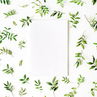 Papel em branco, ramos verdes e folhas