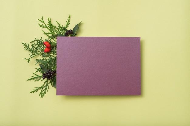 Papel em branco roxo. saudação de feriado. decoração festiva de zimbro.