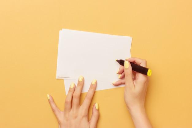 Papel em branco tem na mão feminina