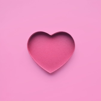 Papel em forma de coração na cor rosa.