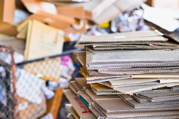 Papel embalado e papelão ondulado pronto para reciclar na triagem de lixo