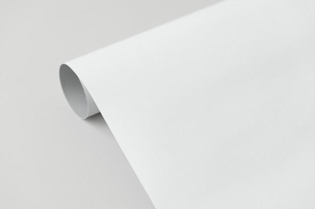 Papel enrolado cinza e branco em um fundo cinza