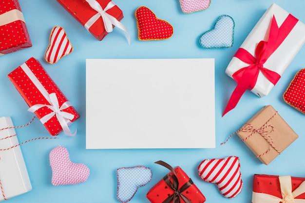 Papel entre o conjunto de caixas de presente e corações de brinquedo