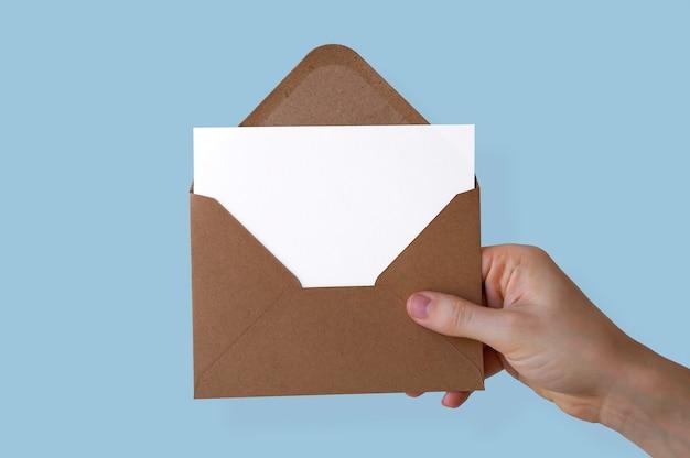 Papel envelope segurado à mão