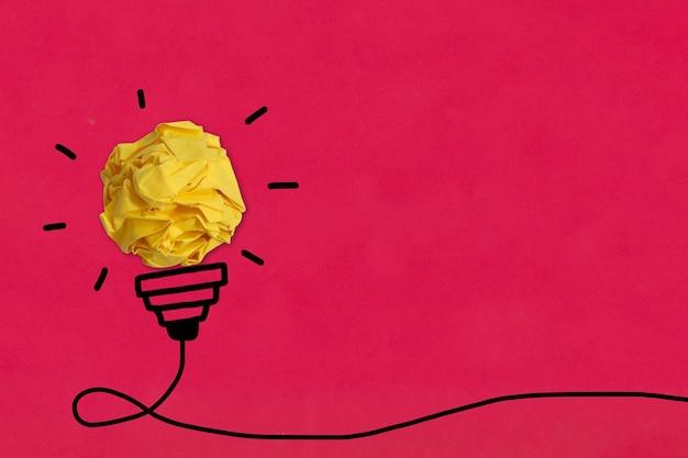 Papel esférico amassado e ideia de lâmpada de linha preta desenhada à mão