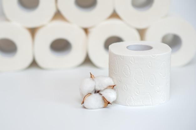 Papel higiênico e algodão orgânico em um neutro