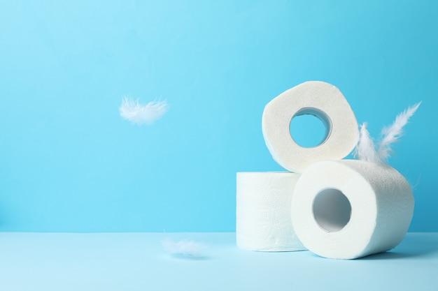 Papel higiênico e penas em azul