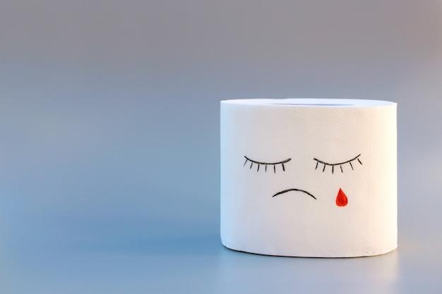 Papel higiênico e sangue conceito de tratamento de hemorróidas