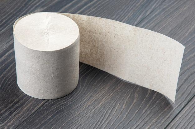 Papel higiênico em fundo de madeira