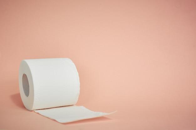Papel higiênico em rosa, bens essenciais, item de higiene pessoal
