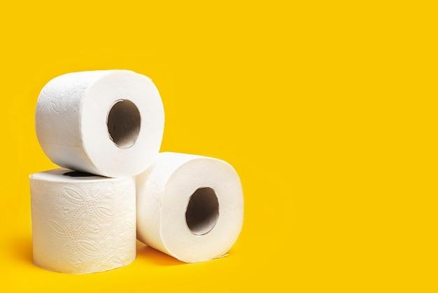 Papel higiênico em um fundo amarelo.
