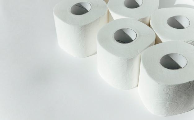 Papel higiênico em um fundo branco