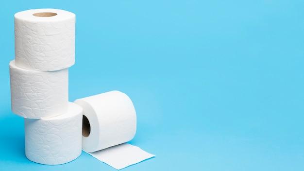 Papel higiênico empilhado com espaço para texto