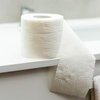 Papel higiênico macio no banheiro