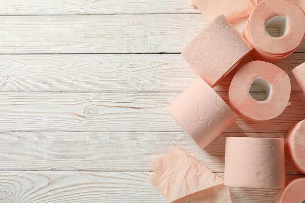 Papel higiênico na mesa de madeira