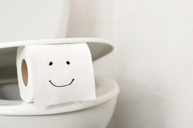 Papel higiênico no banheiro em casa