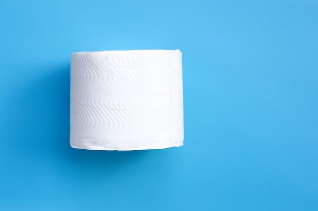 Papel higiênico no espaço azul. copie o espaço