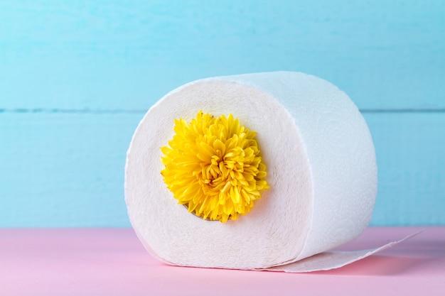 Papel higiênico perfumado e uma flor amarela. papel higiênico com um cheiro. higiene
