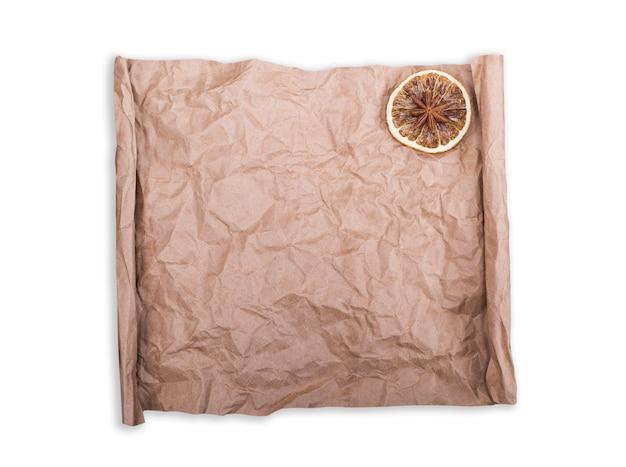 Papel kraft marrom de pergaminho em branco amassado