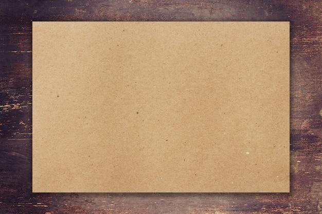 Papel marrom em fundo de madeira com espaço