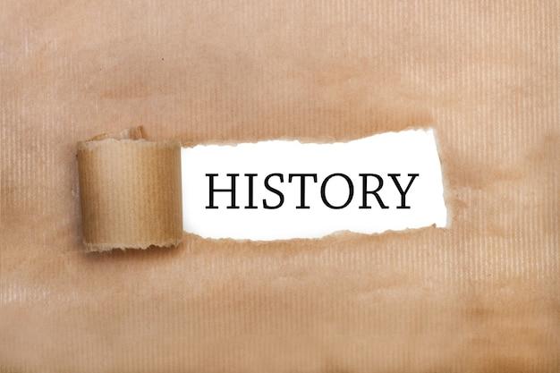 Papel marrom rasgado com palavras de história escritas