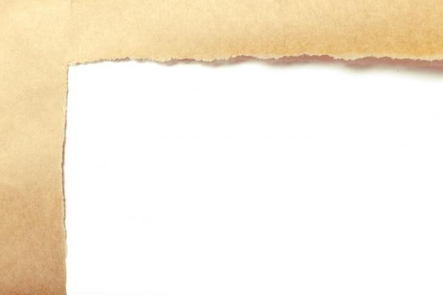 Papel marrom rasgado para revelar o painel branco
