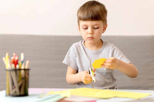 Papel médio criança corte papel