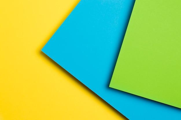 Papel multicolorido sobre um fundo amarelo