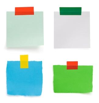 Papel para anotações rasgado e faixa de fita adesiva isolado no fundo branco