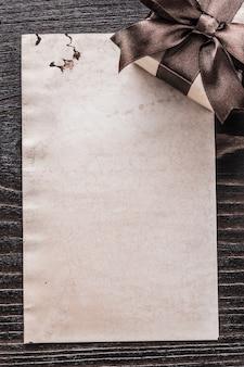 Papel para presente embalado em uma placa de madeira vintage