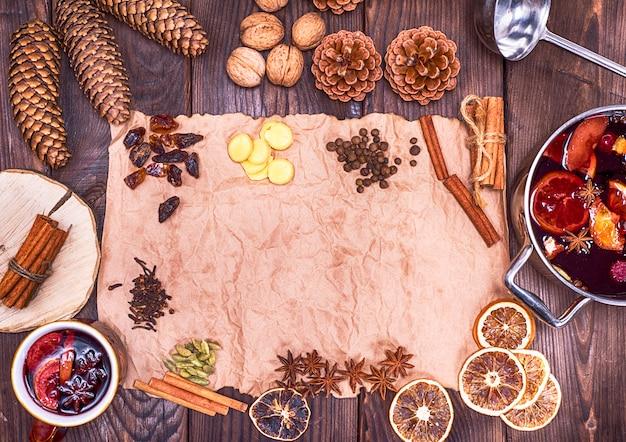 Papel pardo e ingredientes para fazer vinho quente