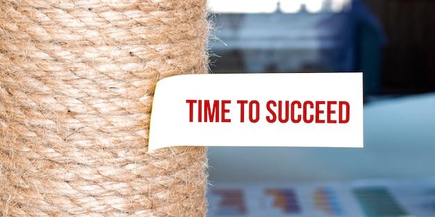 Papel pardo rasgado na superfície branca com o texto hora de ter sucesso